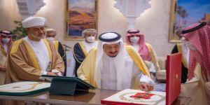 وسام عُماني رفيع لخادم الحرمين الشريفين .. وقلادة الملك عبدالعزيز لسُلطان عمان