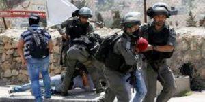 قوات الاحتلال تعتقل 3 فلسطينيين بعد إطلاق النار على مركبتهم