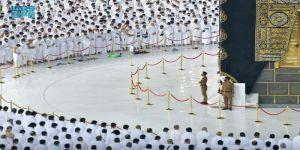 أجواء إيمانية تحف المصلين في صلاة الفجر بالمسجد الحرام بعد إلغاء التباعد الجسدي