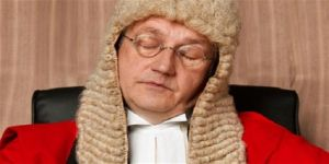 قاضي بريطاني يتعرض للتوبيخ بعد إفساده جلسة إستماع لطفلة