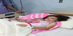 """الطفلة اليمنية ريتاج وشقيقتها تصلان إلى مستشفى """"الحرس"""" بجدة للعلاج"""