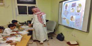 تبوك: معلم يقطع إجازته ويتحامل على كسره المضاعف من أجل طلابه