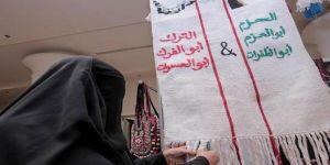 لوحة من النسيج تضم خادم الحرمين والملك المؤسس تلقى اهتمام زوار مهرجان للتمور ببريدة