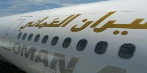 طيران عمان توضح حقيقة ذكر مسمى الخليج الفارسي بدلاً من العربي على شاشة إحدى طائراتها