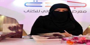 110 مؤلِّفات و85 مؤلِّفاً.. المرأة تكتسح منصات التوقيع بكتاب جدة