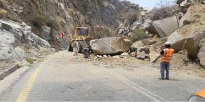 بتوجية أمير المنطقة فرع النقل بالباحة تزيل صخرة عملاقة بعقبة حزنة