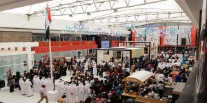 وسط 20 مليون كتاب زوار الشارقة الدولي للكتاب يرفعون علم الإمارات احتفاء بيوم العلم
