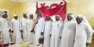 كشافة شباب مكة تقلد علي أدم عضو مجلس نادي تبوك الأدبي المنديل الكشفي والسندي يقدم هدايا خاصة