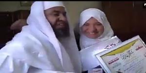 دموع أب جزائري حركت تساؤلات سعوديون حول تهميش الإعلام لحفظة كتاب ألله