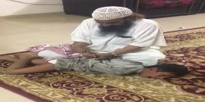 #عاجل رواد مواقع التواصل الإجتماعي يناشدون لإنقاذ طفل معنف