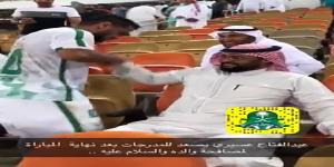 نجم الأهلي عبدالفتاح عسيري .. يصعد مدرجات المجانين لتقبيل يد والده