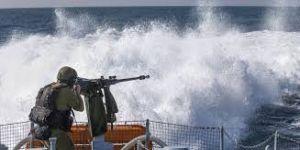 زوارق الإحتلال تهاجم الصيادين الفلسطينيين ببحر غزة