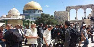 وسط حماية قوات الإحتلال .. يهود يقتحمون ساحات المسجد الأقصى