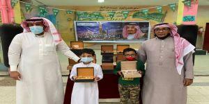 قائد مدرسة ابو هريرة الابتدائية يكرم المتميزين بالصف الثالث