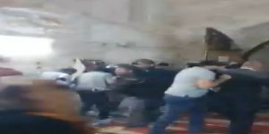 قوات الاحتلال تعتدي على الفلسطينيين أثناء صلاة التروايح بالحرم القدسي